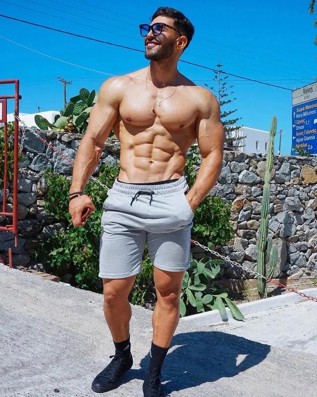 男子朋友圈晒腹肌被骂上热搜,网友:瘦子的腹肌根本不值钱插图
