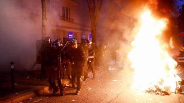 场面失控!数千名巴黎示威者涌向市中心,打砸抢烧民众彻底愤怒