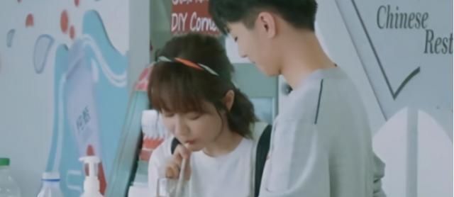 宋茜喝奶茶上热搜,吴谨言每天两三杯,王俊凯是煮奶茶高手,盘点那些爱喝奶茶的爱豆们插图6