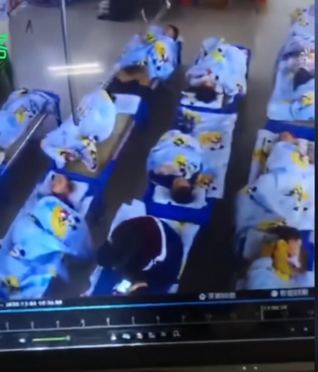 佛山幼儿园老师坐在女童身上玩手机:已被警方拘留