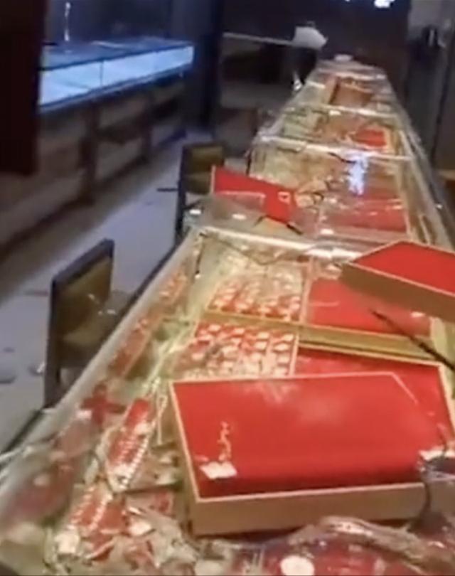 广东茂名两男子戴头套夜晚抢金店,已落网!一批赃物被缴获