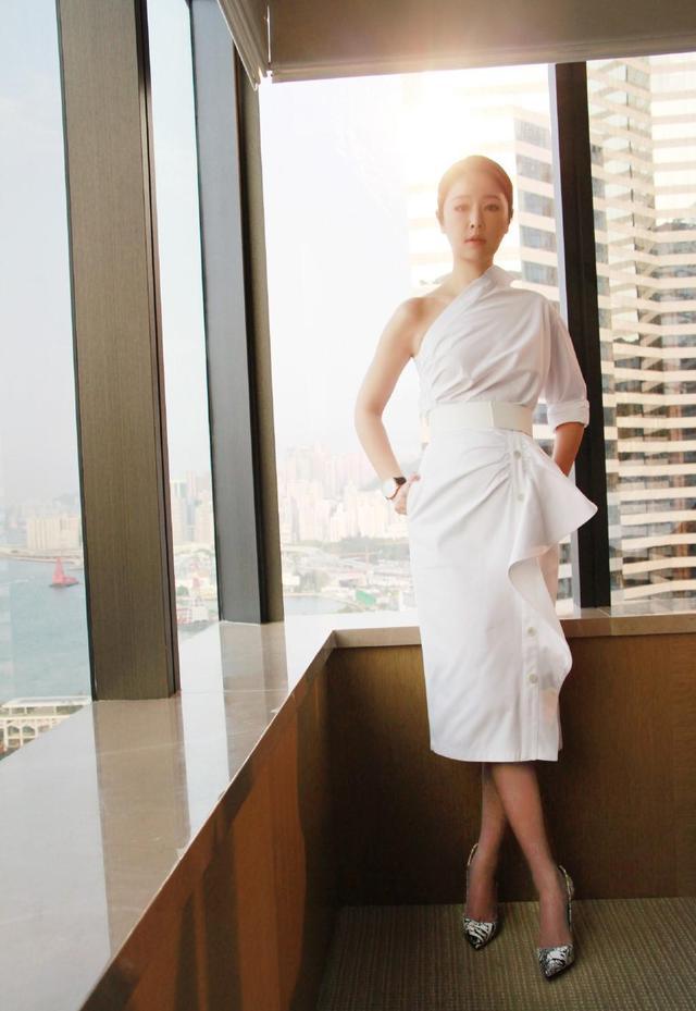 44岁林心如气质越发沉稳,黑白西装优雅大方,御姐范十分抢镜插图5