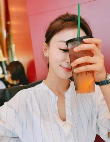 宋茜喝奶茶上热搜,吴谨言每天两三杯,王俊凯是煮奶茶高手,盘点那些爱喝奶茶的爱豆们插图3